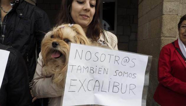 Si le virus Ebola est entrain de devenir un véritable fléau un peu partout dans le monde, provoquant des ravages chez les êtres humains, les animaux de compagnie, eux aussi, n'en sont pas épargnés ! Les autorités sanitaires espagnoles ont en effet donné l'ordre d'euthanasier le chien d'une aide soignante touchée par le virus Ebola et qui est hospitalisée, avec son époux, dans un hôpital à Madrid. Ce qui a, bien sûr, provoqué la colère des associations de défense des animaux !  Les chiens peuvent être porteurs du virus …  « Excalibue, le monde est avec toi ! ». Tel est le slogan que l'on peut lire sur les banderoles brandies par les militants et défenseurs d'animaux devant le domicile de l'aide soignante.  Pourtant, cela n'a pas empêché les autorités sanitaires de Madrid de capturer le pauvre animal dans sa niche pour chien et de l'euthanasier. Pour justifier cet acte, le département de la Santé de la communauté de Madrid avait expliqué : « Des données ont montré que les chiens pouvaient être porteurs d'anticorps positifs du virus Ebola, ce qui veut dire qu'ils peuvent être porteurs du virus même sans symptômes, le chien présente donc un risque important de transmission de la maladie à l'homme». Dans ce communiqué, diffusé à peine 4 minutes après avoir capturé le chien chez l'infirmière, le département de la Santé a également précisé que l'animal avait été auparavant endormi pour éviter sa souffrance.  Une pétition pour sauver le chien Pour montrer leur mécontentement, les défenseurs de la cause animale ont directement mis en ligne une pétition qui a recueilli plus de 374 000 signatures. Les militants ont en effet proposé de mettre le chien en quarantaine plutôt que de le tuer. Le mari de la victime a quant à lui déclaré : « Ils m'ont dit que si je ne leur donnais pas l'autorisation, ils demanderaient une injonction de justice pour forcer la porte de ma maison et abattre le chien », les autorités ne lui ont donc pas laissé le choix.  « Cela me semble injuste que, à c